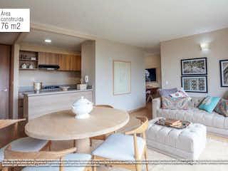 Una sala de estar llena de muebles y una mesa en Forest