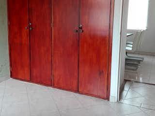Una puerta roja con una puerta de madera en ella en Casa en Venta en Mirandela de 112m2