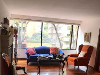 Una sala de estar llena de muebles y una gran ventana en Apartamento en Venta EL RETIRO