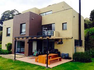 Un edificio con un reloj en la parte delantera en Casa en venta en Camino Almeta, 330m² con Jardín...