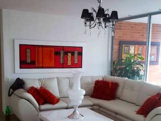 Una sala de estar llena de muebles y una ventana en Apartamento en venta en Santa María de los Ángeles, de 136mtrs2