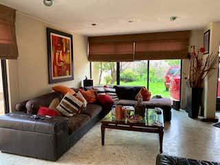 Una sala de estar llena de muebles y una ventana en Casa en venta en Clavería, de 505mtrs2