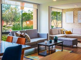 Una sala de estar llena de muebles y una gran ventana en  Hacienda El Recreo