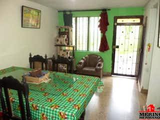 Una sala de estar llena de muebles y una ventana en Casa en venta en Aures, de 270mtrs2