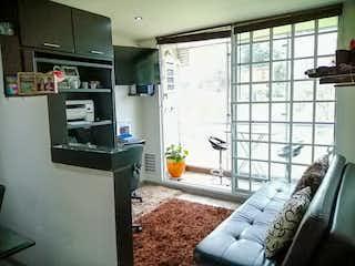 Una sala de estar llena de muebles y una ventana en Apartamento en venta en Ciudad Jardín Norte de una habitacion
