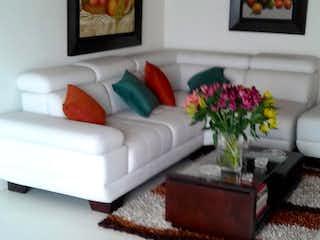 Una sala de estar llena de muebles y flores en Venta de casa en Bogota Maranta-Usaquén