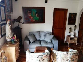 Una sala de estar llena de muebles y una chimenea en  Punta de Piedra