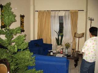 Una sala de estar llena de muebles y flores en Casa en venta en Simón Bolívar, de 132mtrs2