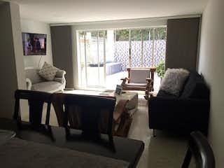 Una sala de estar llena de muebles y una ventana en Casa en venta en Castropol, de 187mtrs2