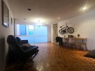Una sala de estar llena de muebles y un reloj en Departamento en venta en Acacias, de 100mtrs2