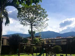 Un banco del parque sentado en medio de un parque en CASAS DE SAUSALITO