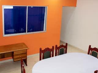 Una cama blanca sentada en una habitación junto a una ventana en Casa en venta en Florida Nueva de 188mts