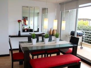 Una sala de estar llena de muebles y una ventana en Sauce