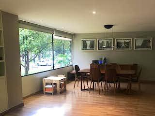 Un grupo de personas sentadas en una sala de estar en Apartamento en venta en El Virrey de 2 hab.