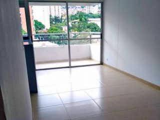 Un cuarto de baño con una puerta de cristal y una ventana en Apartamento en venta en La Pilarica de tres alcobas