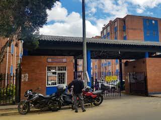 Una motocicleta estacionada delante de un edificio en Apartamento en venta en Suba Compartir de 2 alcoba