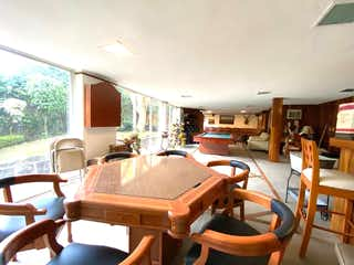 Una sala de estar llena de muebles y una mesa en Casa en venta en Fuentes del Pedregal, de 595mtrs2