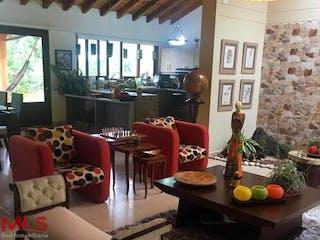 Una sala de estar llena de muebles y una ventana en Casa de 350m2 en Rionegro, en lote de 5800m2