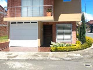 Una casa que está sentada delante de una casa en VENDO CASA ESQUINERA EN  URBANIZACIN EL CANEY SAN ANTONIO DE PEREIRA