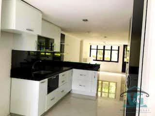 Una cocina con una estufa de fregadero y nevera en KALAMARI 4 ETAPA