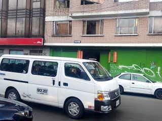 Un coche está estacionado delante de un edificio en Casa en venta en San Fernando de 3 hab.