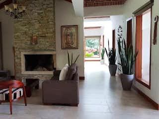 Una sala de estar llena de muebles y una chimenea en LA PRADERA