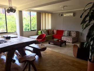 Una sala de estar llena de muebles y una gran ventana en AVILA 1