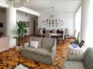 Una sala de estar llena de muebles y una gran ventana en Departamento en venta en San Miguel Chapultepec, 123mtrs2