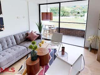 Una sala de estar llena de muebles y una gran ventana en Maderos del Retiro