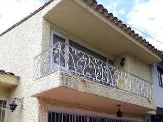 Un edificio de ladrillo con una ventana en blanco y negro en Casa En Venta En Bogota Calatrava
