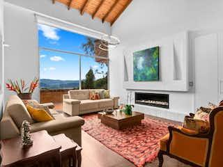 Una sala de estar llena de muebles y una televisión de pantalla plana en Altos de Hycata