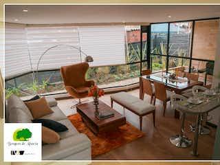Una sala de estar llena de muebles y una ventana en Bosques de Alsacia