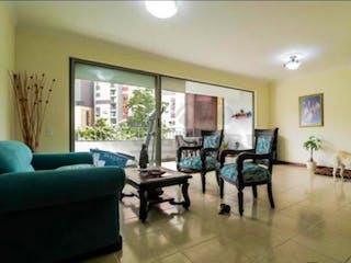 Una sala de estar llena de muebles y una ventana en ED. CASTILLO DE LA CASTELLANA