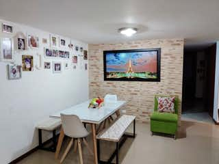 Una sala de estar llena de muebles y una televisión de pantalla plana en Apartamento en venta en Loma de Las Brujas, de 107mtrs2