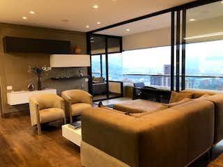 Una sala de estar llena de muebles y una gran ventana en Q CONCEPT