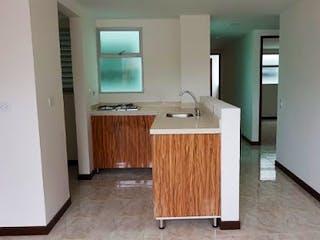 Un cuarto de baño con lavabo y un espejo en EL PLAN