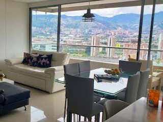 Una sala de estar llena de muebles y una ventana en finito