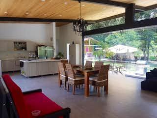 Una cocina con una mesa y sillas en  La Provincia