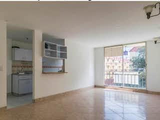 Una cocina con nevera y una ventana en Apartamento en venta en Alcalá de tres habitaciones