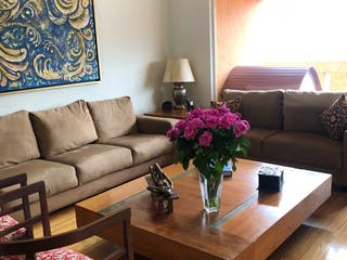Una sala de estar llena de muebles y una flor rosa en Casa en venta en Cuevitas, de 320mtrs2