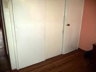 Un refrigerador congelador blanco sentado en una habitación en Apartamento En Venta En Bogota Teusaquillo- 3 alcobas
