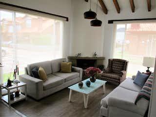 Una sala de estar llena de muebles y una ventana en Casa Condominio En Venta En Chia de 148m2