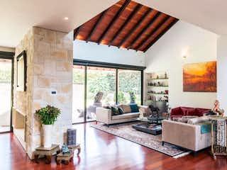 Una sala de estar llena de muebles y una ventana en Hato Grande reservado