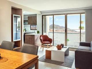 Una sala de estar llena de muebles y una gran ventana en FLOR DE AGUA