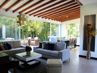 Una sala de estar llena de muebles y una ventana en Prado Verde