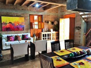 Una sala de estar llena de muebles y un estante de libros en Casa en venta en Tres Puertas, de 545mtrs2
