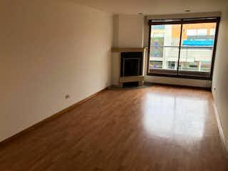 Una cocina con un suelo de madera y una ventana en Apartamento En Venta En Bogota Santa Barbara Occidental