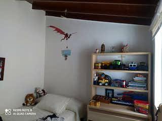 Un dormitorio con una cama y un estante lleno de libros en Casa en venta en Belén Centro, 270m²