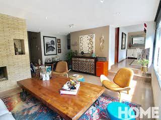 Una sala de estar llena de muebles y una televisión de pantalla plana en Apartamento en venta en El Nogal de 162m2