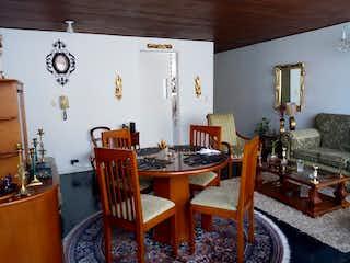 Una sala de estar llena de muebles y una mesa de madera en Apartamento en Chapinero de 84 m2